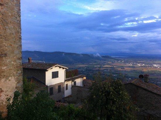 Villa Toscana La Mucchia: View from the town of Cortona to the Valley of Valdichiana wher La Mucchia hotel is located