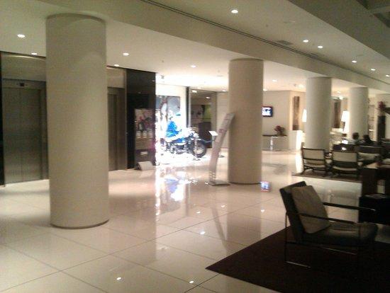 H10 Berlin Ku'damm : Lobby - Bereich in Richtung Aufzüge