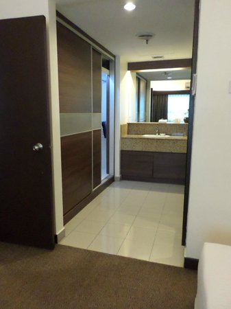 Crown Regency Serviced Suites: Entry to bathroom