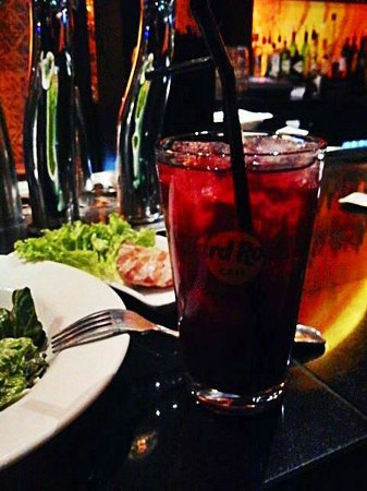 Hard Rock Cafe Copenhagen: caeser salad and cocktail