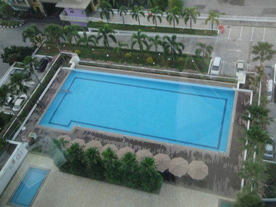 Holiday Inn Melaka: View of the pool from my room