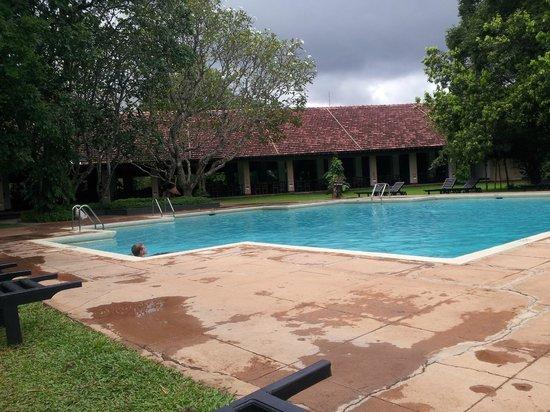 Sigiriya Village Hotel: Pool and restaurant