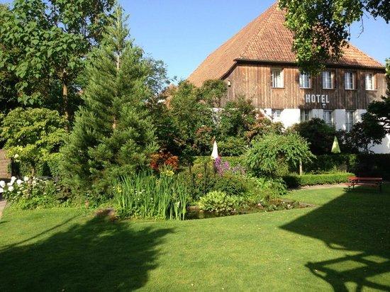 Gasthof Kreuz Muhledorf: Le jardin et le bâtiment annexe des chambres