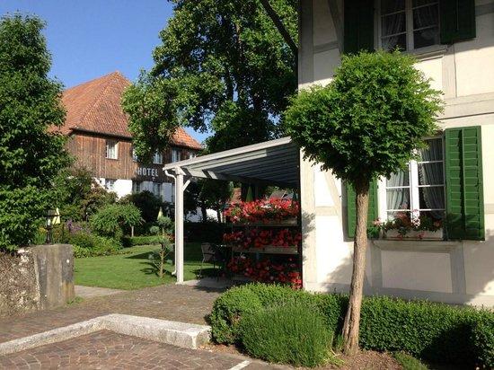 Gasthof Kreuz Muhledorf: La terrase du restaurant et le jardin