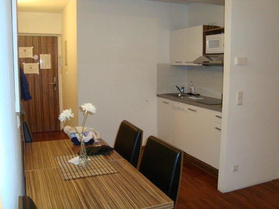 Royal Living Apartments - Vienna: ingresso con angolo cottura