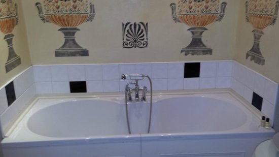 Staincliffe Hotel: Separate bathroom, not ensuite, no proper shower