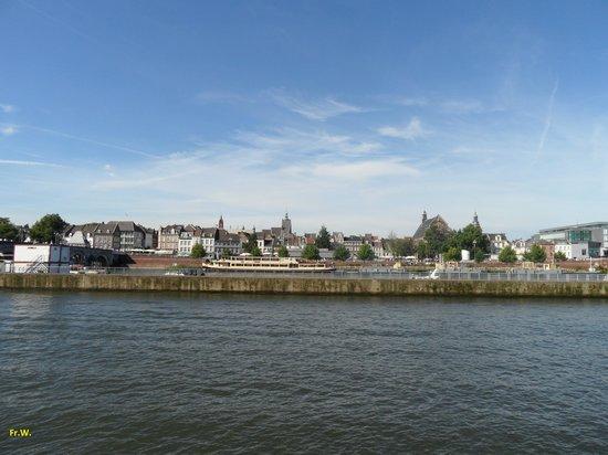 http://media-cdn.tripadvisor.com/media/photo-s/05/42/21/e7/regen-rivier-de-maas.jpg