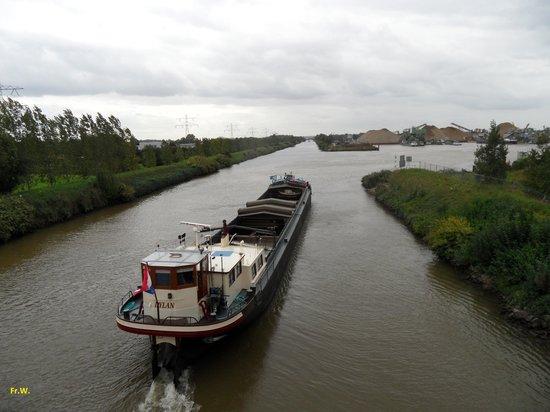 Limburg Province, The Netherlands: Vrachtvaart op het Juliana Kanaal .