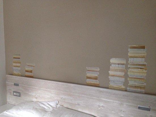 Villa Maria Hotel Garni: La nostra stanza con la decorazione dei libri sul muro
