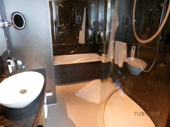 Hotel ICON: и ванна и душ с тропическим дождём