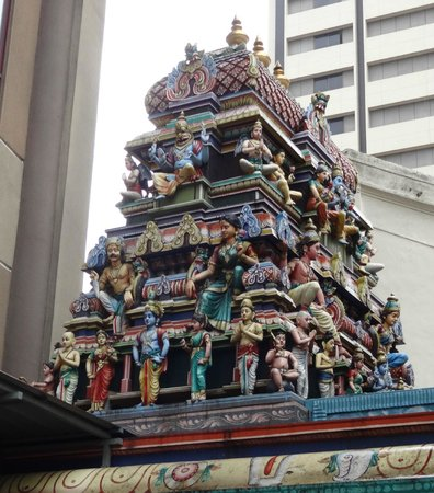 Sri Maha Mariamman Temple : Mellan höghuset, nära chinatown