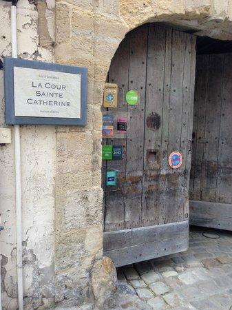 La Cour Sainte-Catherine : Вход в чудесный внутренний дворик отеля