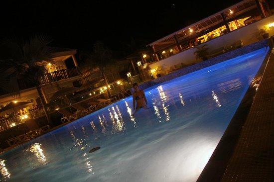 Hôtel Les Créoles : vue nocturne de la piscine