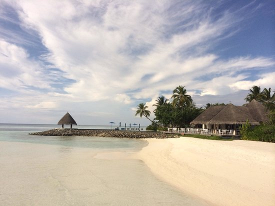 Four Seasons Resort Maldives at Kuda Huraa : A warm welcoming view with our new pool  at reefclub restaurent. Fourseasons resorts maldives at