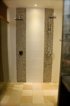 Le Sen Boutique Hotel: THE Suite - double rain showers