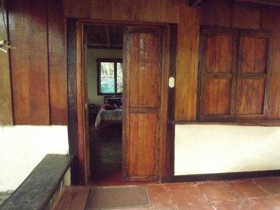 Princesa de la Luna Eco Lodge: Entry to Room from common area