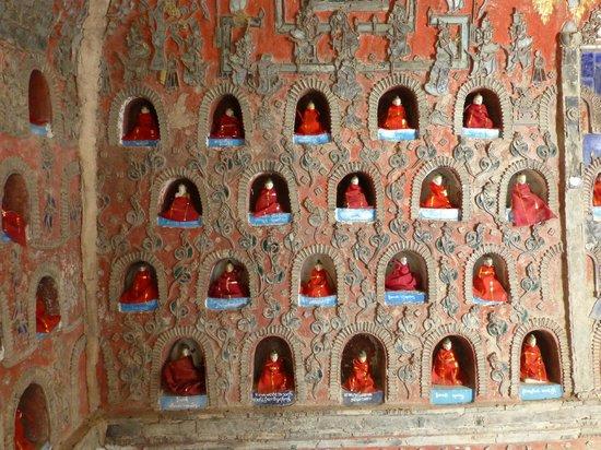 Shwe Yaunghwe Kyaung : Little alcoves containing buddhist images