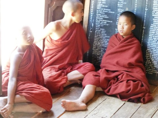 Shwe Yaunghwe Kyaung : Novice monks relaxing