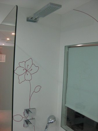 """Holiday Inn Paris-St. Germain Des Pres : The """"show window"""" between the bathroom and the room"""