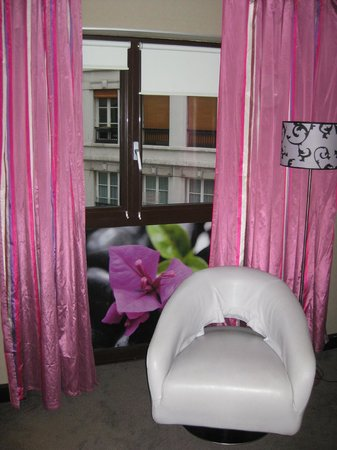 Holiday Inn Paris-St. Germain Des Pres: The Bougainvillea window
