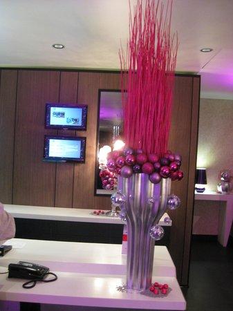 Holiday Inn Paris-St. Germain Des Pres: X-mas at the reception desk