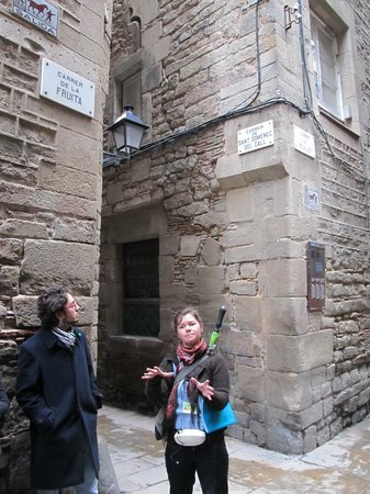 Runner Bean Tours Barcelona: Jessi explaining the directional signs in the Jewish Call :)