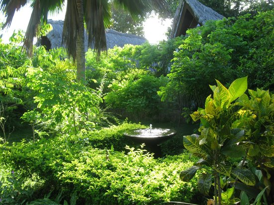 La Digue Island Lodge : Einer der Brunnen in der Anlage