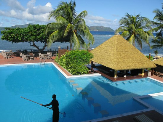 La Digue Island Lodge : Der Pool mit Poolbar und Mittagessenbereich