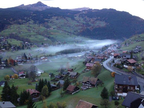 Belvedere Swiss Quality Hotel: Blick vom Balkon in den unteren Ort Grindelwald