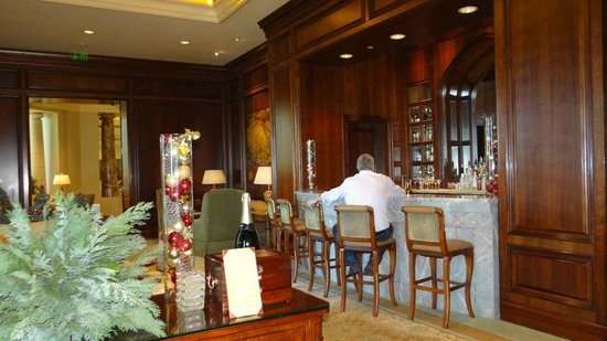 Four Seasons Hotel Doha: The Library Bar & Cigar Lounge