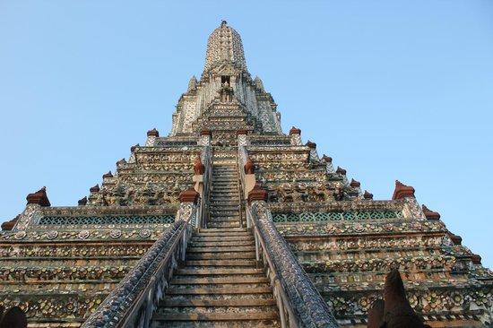Wat Arun (Tempel der Morgenröte): Vista de baixo da escadaria do templo