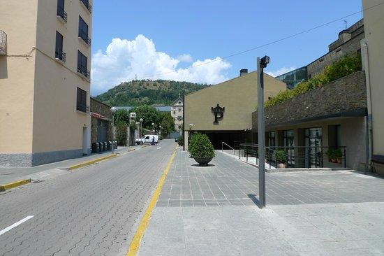 Parador de la Seu d'Urgell : Unspektakulär von außen (Blick von der Plaça Oms)
