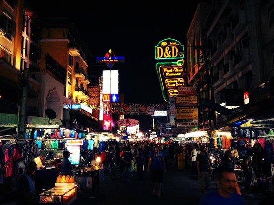 D&D INN: Placa do hotel na Khao San Road