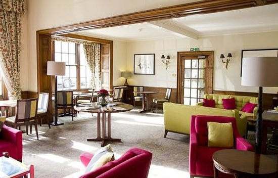The Swan Hotel: Relaxing Lounge with open fires