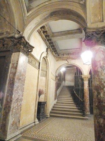 Budapest Best Apartments : в подъезде... антично..., как в музее...