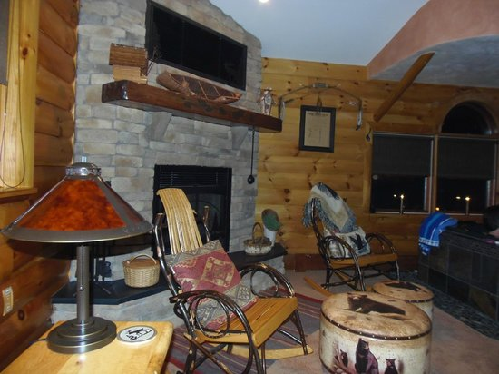 Rustic Dreams Bed and Breakfast : gorgeous surroundings inside the large room