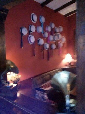 Hacienda Abraspungo: una de las paredes del bar con sombreros tipicos del lugar