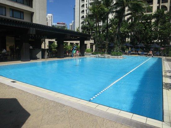 The Peninsula Manila: swimming pool area