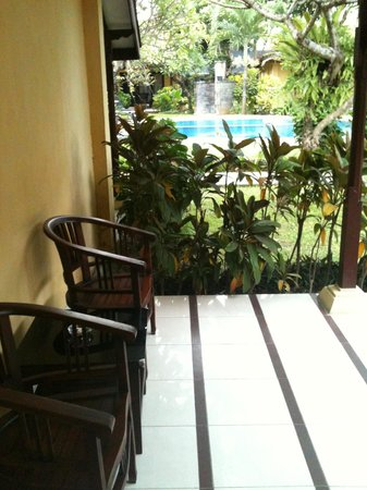 Puri Dalem Hotel: Sitting area outside room