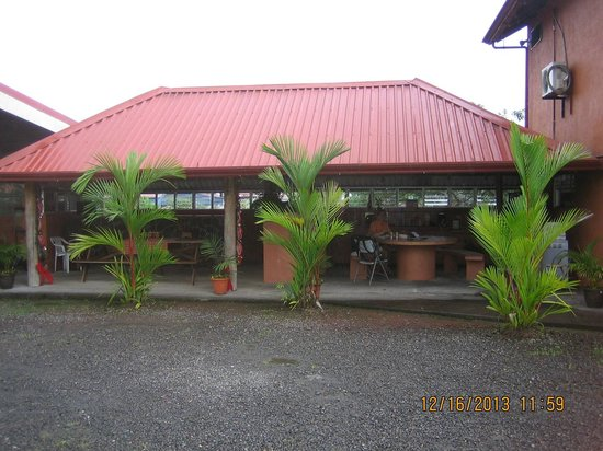 Hotel Sierra Arenal: Outdoor breakfast area