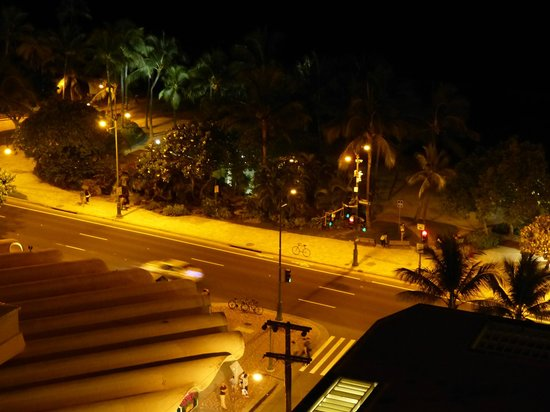 Pacific Beach Hotel: view from balcony looking at the street