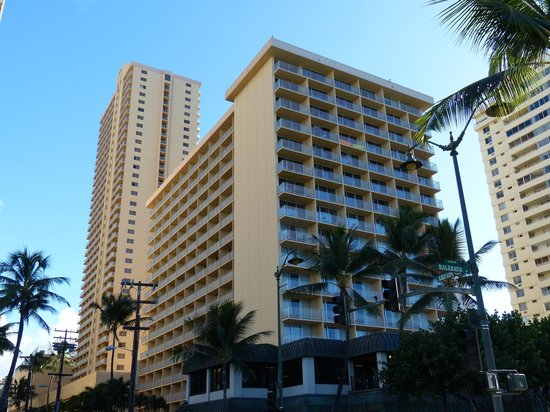 Alohilani Resort Waikiki Beach : the hotel as seen from the beach