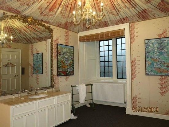 Askham Hall: Lonsdale's huge bathroom
