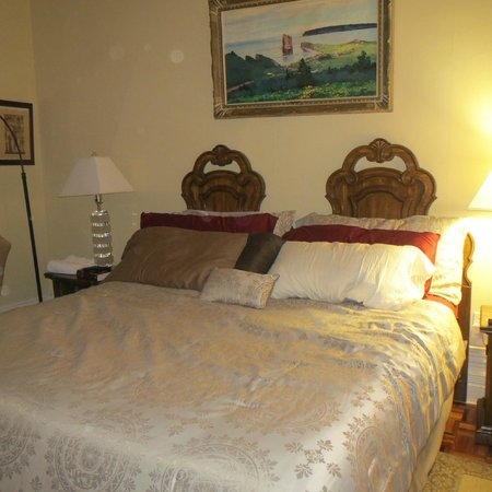 Gingerbread Manor Bed & Breakfast: The Frontenac King Bed