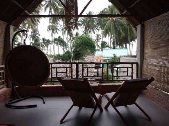 Lang Ca Voi (The Whales Village) Guesthouse : вид со второго этажа домика номер один