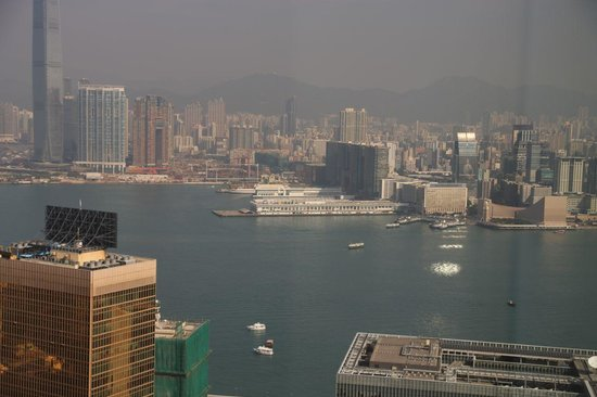 Island Shangri-La Hong Kong : Views across Victoria Harbour