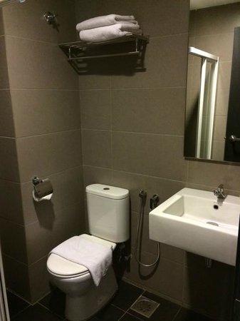 Grid 9 Hotel: The bathroom