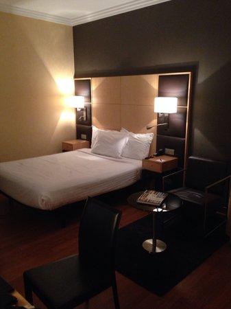 AC Hotel Almeria: Amplitud y sobriedad, pero la cama es sólo una estructura metálica inestable y sonora