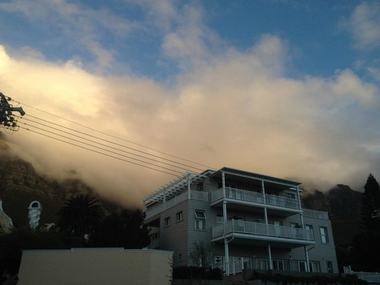 Sea Five Boutique Hotel : Hotel and Table Mountain in the clouds