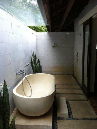 The Menjangan: Outdoor bathroom in the Beach Villa